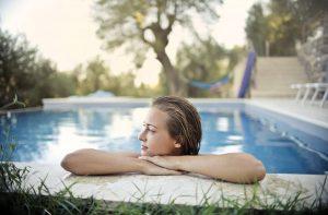 Comment aménager un coin détente proche de la piscine ?